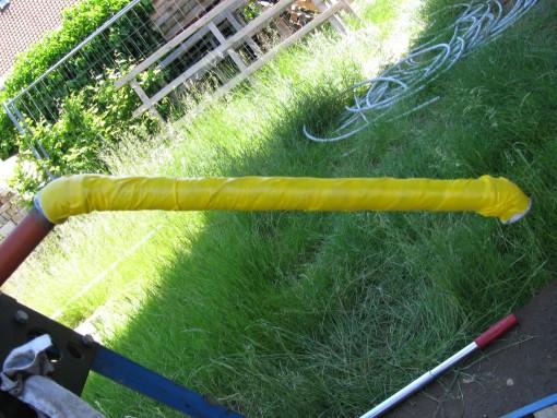 De hoeken er definitief op vijzen met acryltouw en vet.  Vetband en gele tape rond de buis, en in de bocht steken.