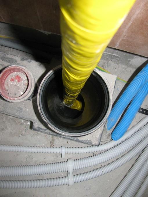Langs de andere kant de buis er in draaien (met acryldraad en vet; vetband en gele tape rond de buis)