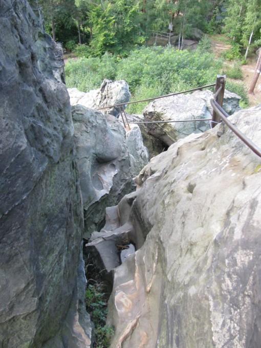 De trap terug naar beneden van op een uitkijkpunt op een rots.