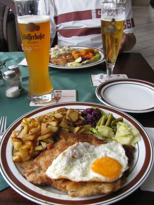 Schnitzel met gebakken patatten in Duitsland, mijn lievelingseten...