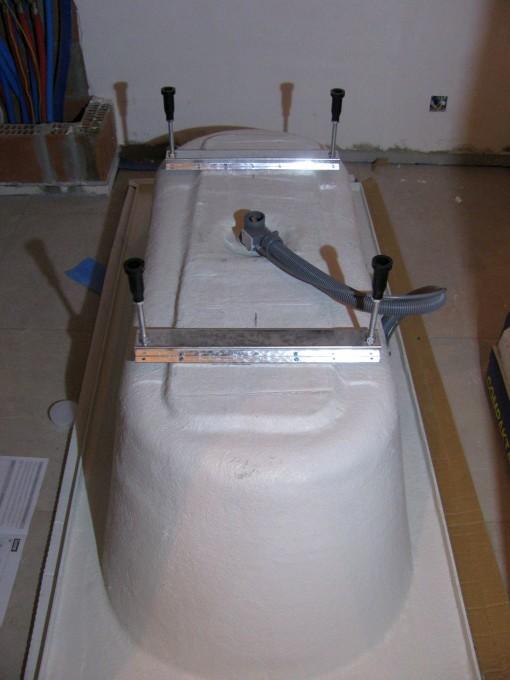Het bad waar de poten op bevestigd zijn, alsook de afvoer en overloopleiding.