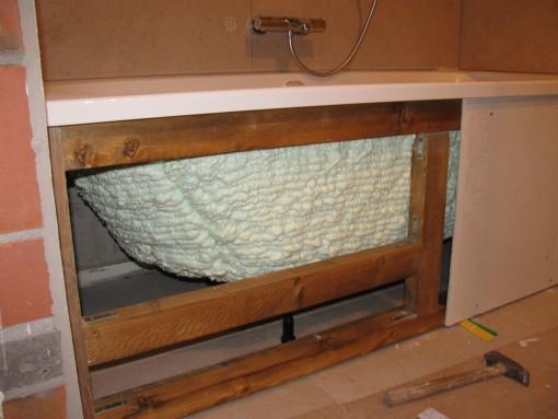Een houten kader gemaakt, en er moet nog een inspectieluik voorzien worden. Hoog moet dat niet zijn, want het is maar om eventueel ooit aan de sifon te moeten kunnen.