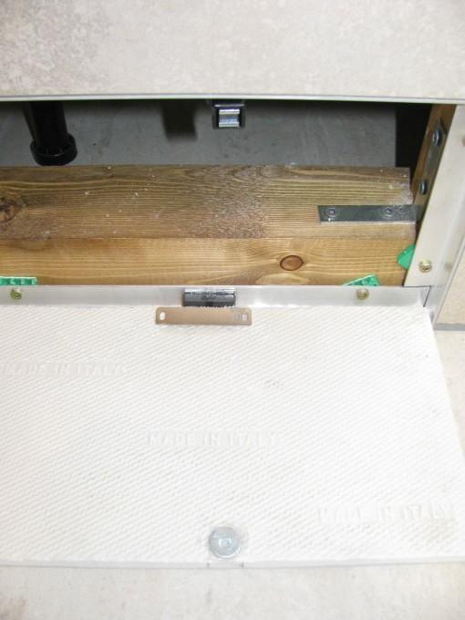 Onderaan heb ik met lijm een magneet tegen het profiel gelijmd, en een metalen plaatje tegen de tegel. Bovenaan een klikmagneet bevestigd, en op de tegel ook metaal gelijmd.