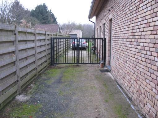 Gisteren heb ik mijn palen op de beton vast gevezen, en de poort eraan gehangen.  Deze kant kan ik terug afsluiten.