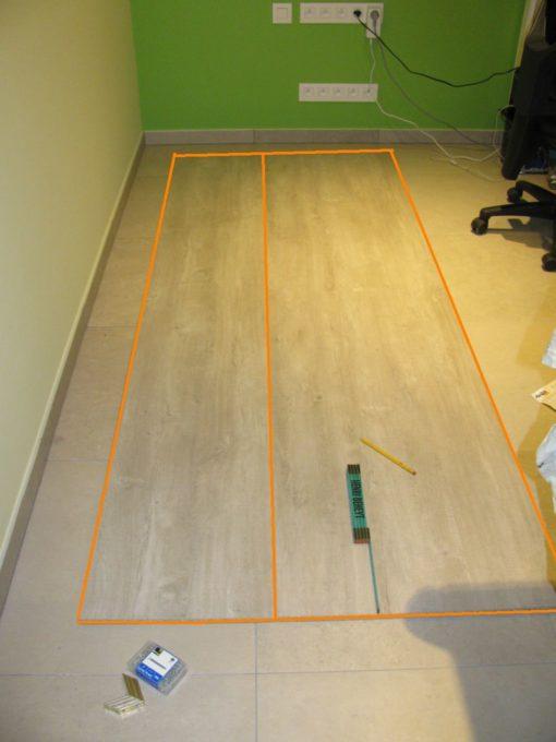 De plank van 60 en 40 tegen elkaar leggen op de grond.