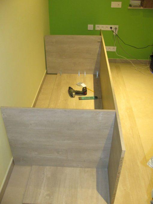 De poten en het werkblad vast vijzen aan de L-ijzers.  Ook langs de voorkant een L-ijzer bevestigen.