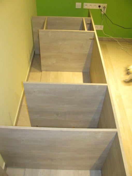 Ik wilde langs beide kanten een kastje (zonder deur) met legplanken.  Dus op 40 cm van de planken van 65 cm bevestigen met hoekijzers.