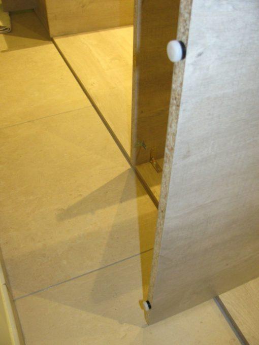 2 plastic dopjes aan de onderkant van de poten nagelen.