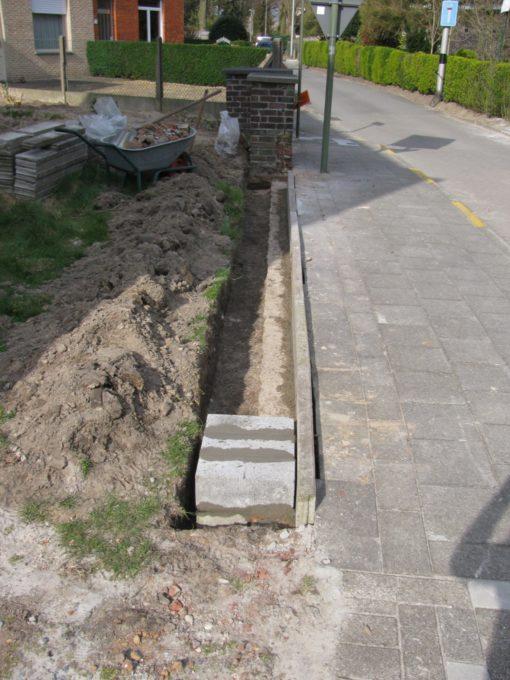 Op het einde staat nog een oude gemetste brievenbus die weg moet. Eerst moet ik een nieuwe zetten, dus daarvoor eerst een sokkel in betonstenen metsen.