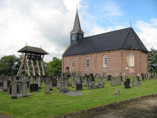 Kerken met de klokken op het kerkhof in een klokkenstoel.