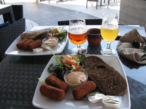De hongerigen spijzen met typische Nederlandse maaltijden.