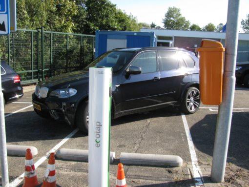 Auto's van bepaalde merken die 3 parkeerplaatsen innemen in plaats van één.