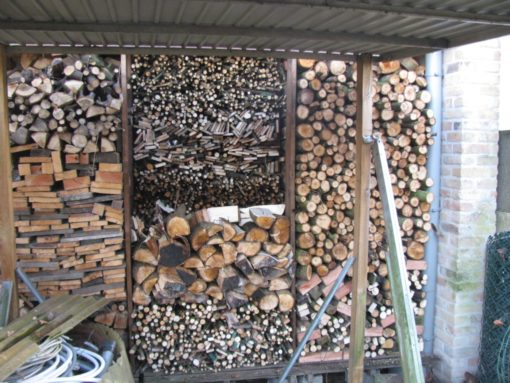 En nog een paar uur later lag mijn brandhout lekker te drogen voor de komende 2 jaar...
